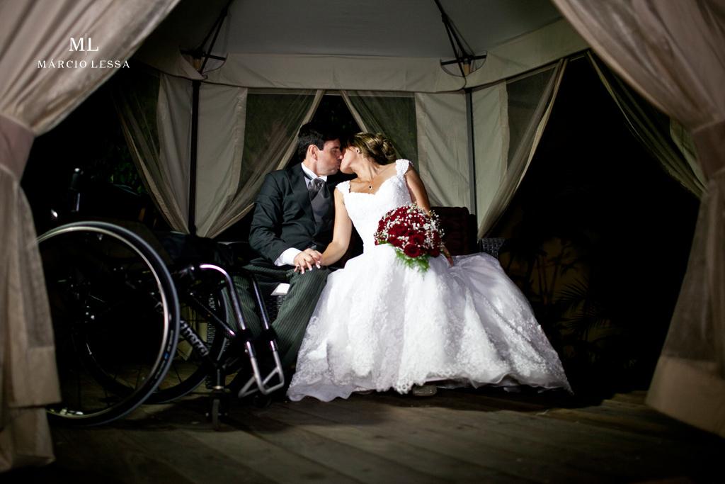 Linda fotografia de casamento! Os noivos na tenda. Casamento na Lofty Kingdom Eventos, Rio de Janeiro, RJ, por Márcio Lessa | Fotografia