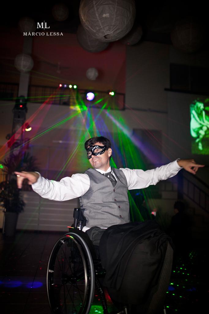 O noivo dançarino de cadeira de rodas. Casamento na Lofty Kingdom Eventos, Rio de Janeiro, RJ, por Márcio Lessa | Fotografia