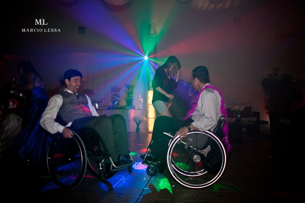 Os cadeirantes dando show na pista de dança. Casamento na Lofty Kingdom Eventos, Rio de Janeiro, RJ, por Márcio Lessa | Fotografia