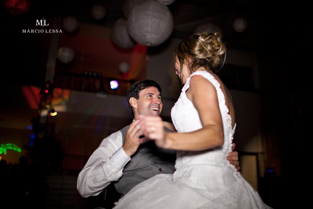 A noiva sentada no colo do noivo cadeirante. Casamento na Lofty Kingdom Eventos, Rio de Janeiro, RJ, por Márcio Lessa | Fotografia