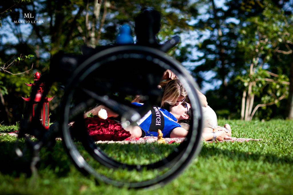 O beijo dos noivos através da cadeira de rodas | Pre-Wedding no Parque Penhasco Dois Irmãos, Leblon, Rio de Janeiro, RJ, por Márcio Lessa | Fotografia