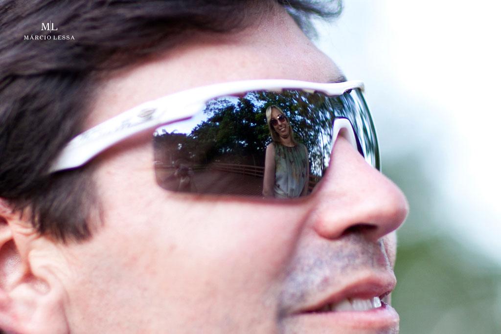 O reflexo da noiva na lente dos óculos | Pre-Wedding no Parque Penhasco Dois Irmãos, Leblon, Rio de Janeiro, RJ, por Márcio Lessa | Fotografia