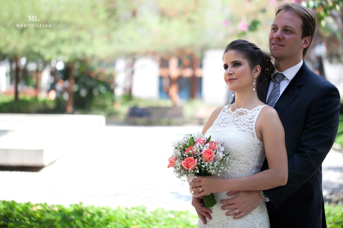 Os noivos posando para a foto após o Casamento Civil no Shopping Downtown na Barra da Tijuca RJ