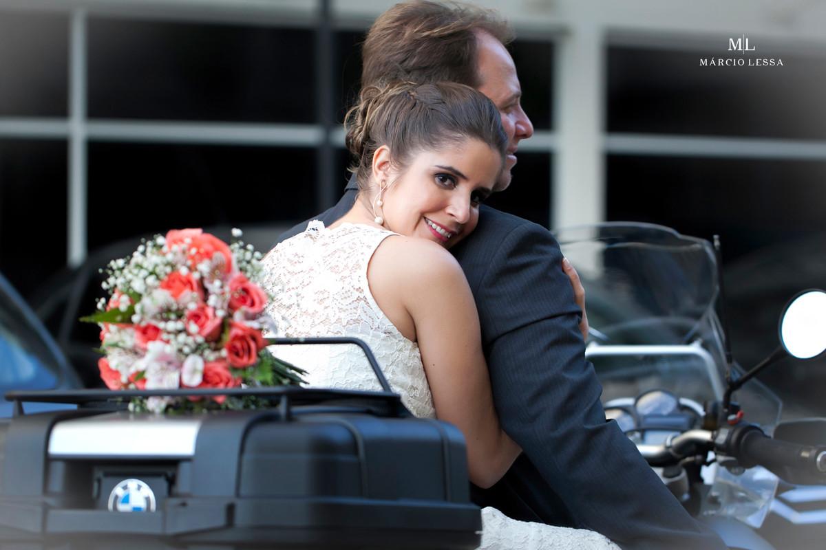 O abraço dos noivos em cima da moto BMW | Casamento Civil no Shopping Downtown na Barra da Tijuca RJ