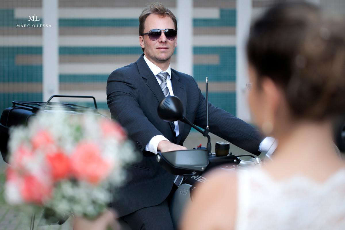 O noivo e sua moto BMW 1200 GS Adventure no Casamento Civil no Shopping Downtown na Barra da Tijuca RJ