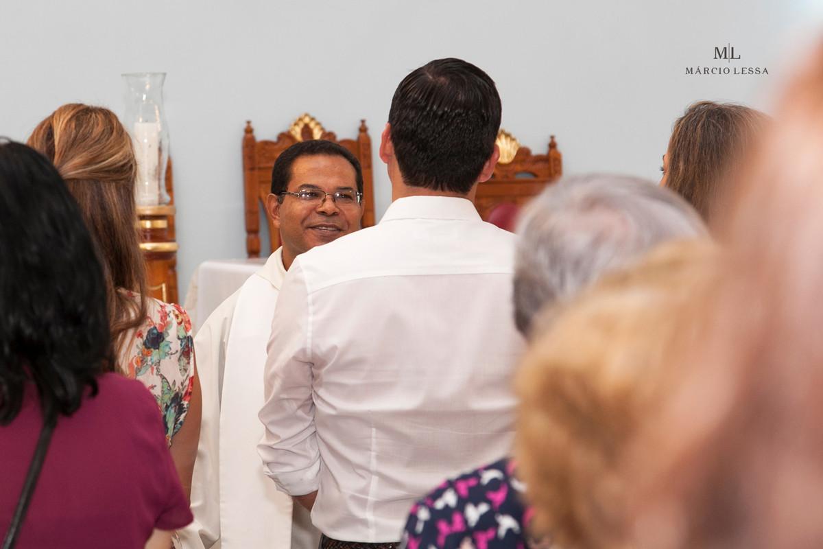 O Padre celebrando o Batizado na Igreja Nossa Senhora da Conceição