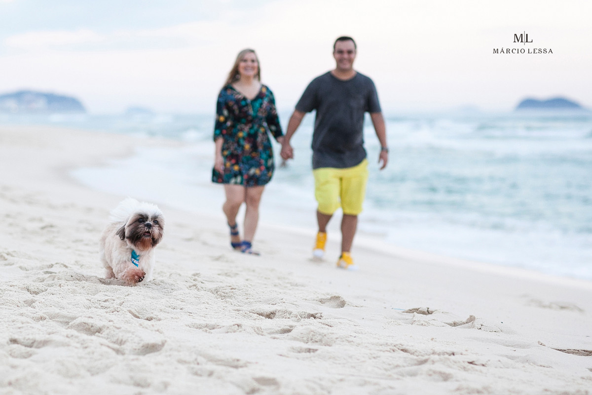 Os noivos e o cachorro shihtzu na Praia da Barra da Tijuca RJ
