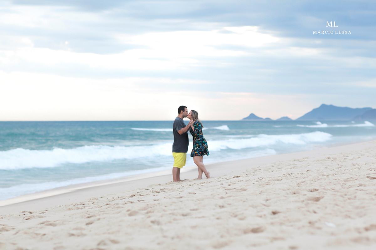 O beijo dos noivos na Praia da Barra da Tijuca RJ