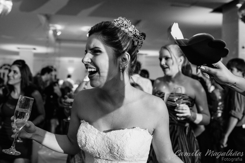 noiva curtindo casamento Camila Magalhães Fotografia
