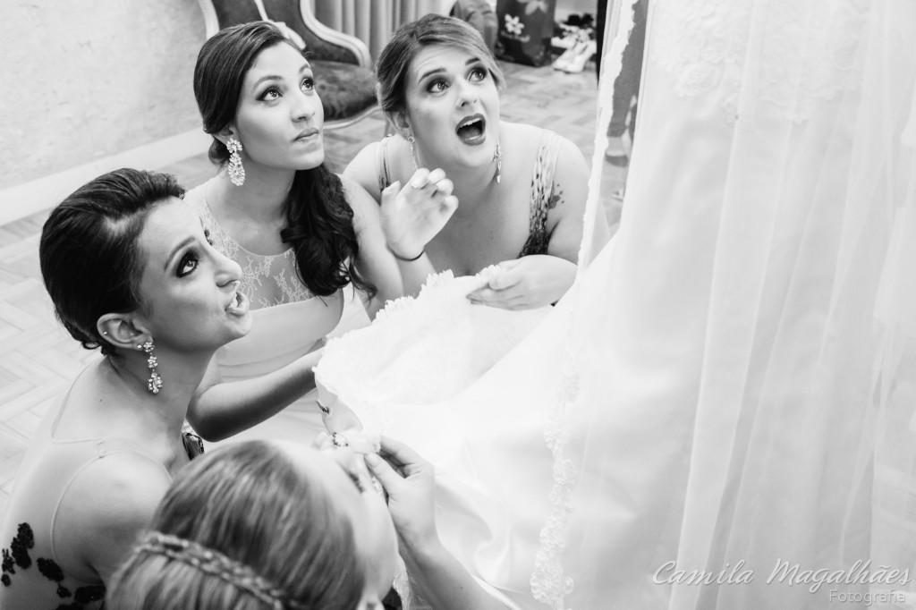 amigas colocando nome na barra do vestido de noiva