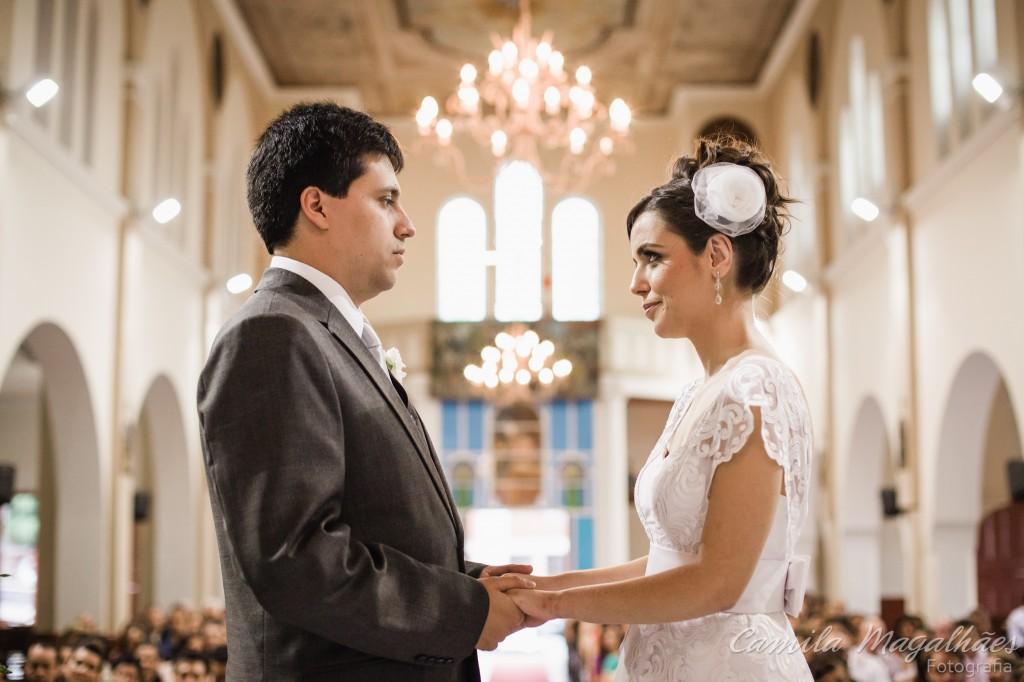 casal no altar casamento bh fotografia Camila Magalhaes