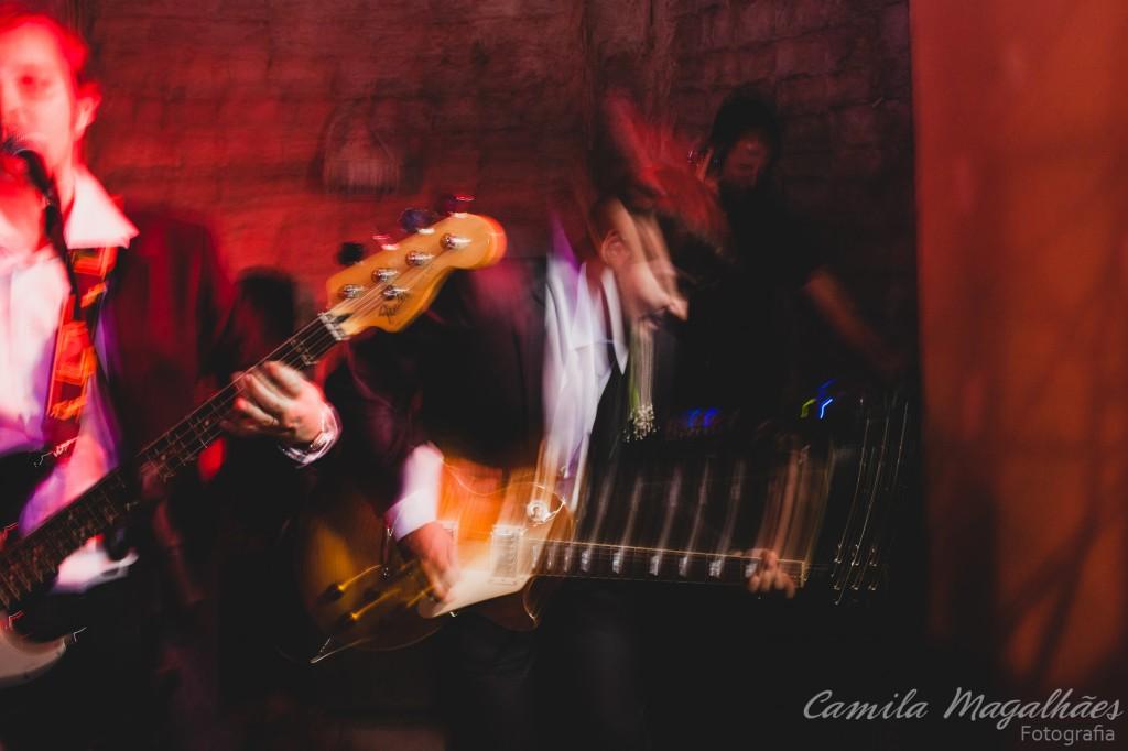 festa de casamento noivo tocando guitarra