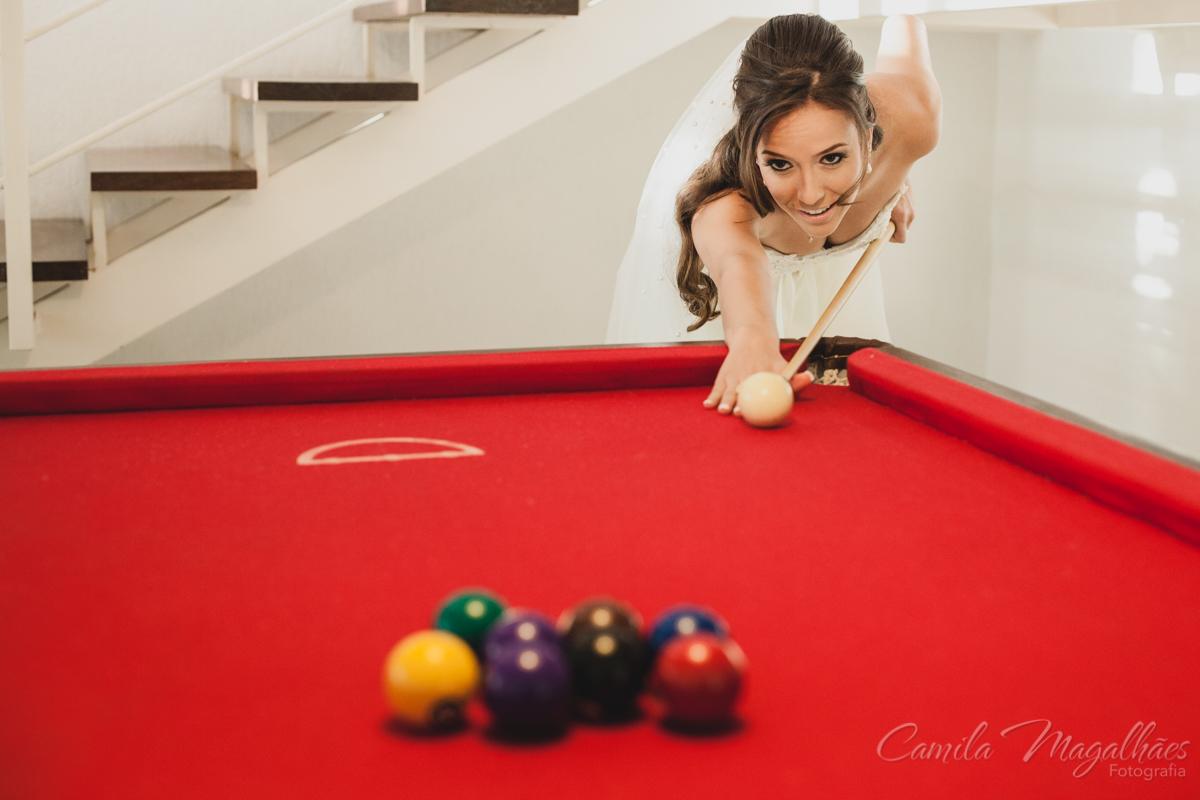 Noiva jogando sinuca