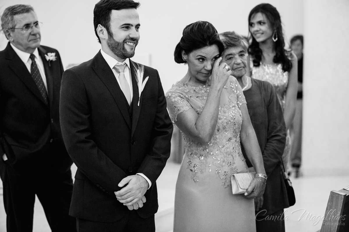 noivo com sua mãe emocionada