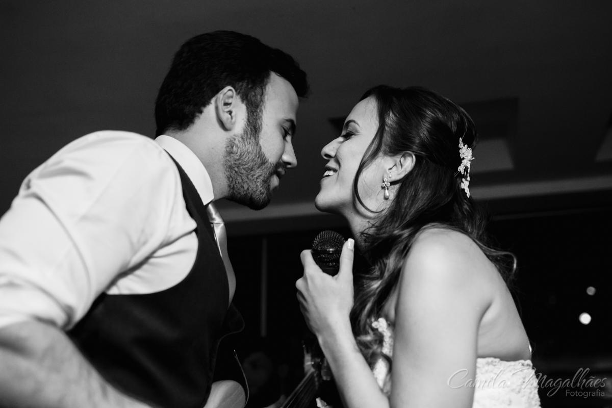 Noiva e noivo cantam juntos em casamento divertido