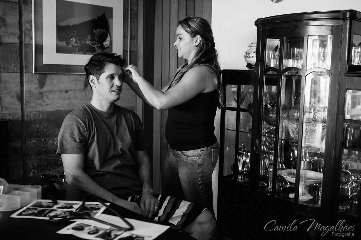 noivo arrumando o cabela
