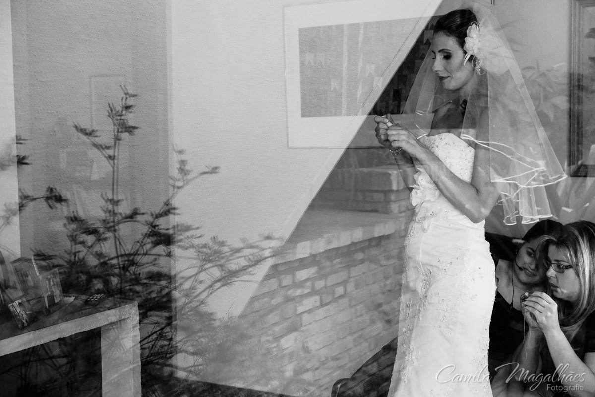 cerimonial ajuda noiva a se vestir