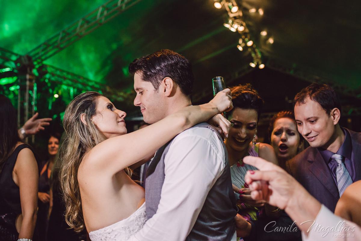 casal se diverte em seu casamento
