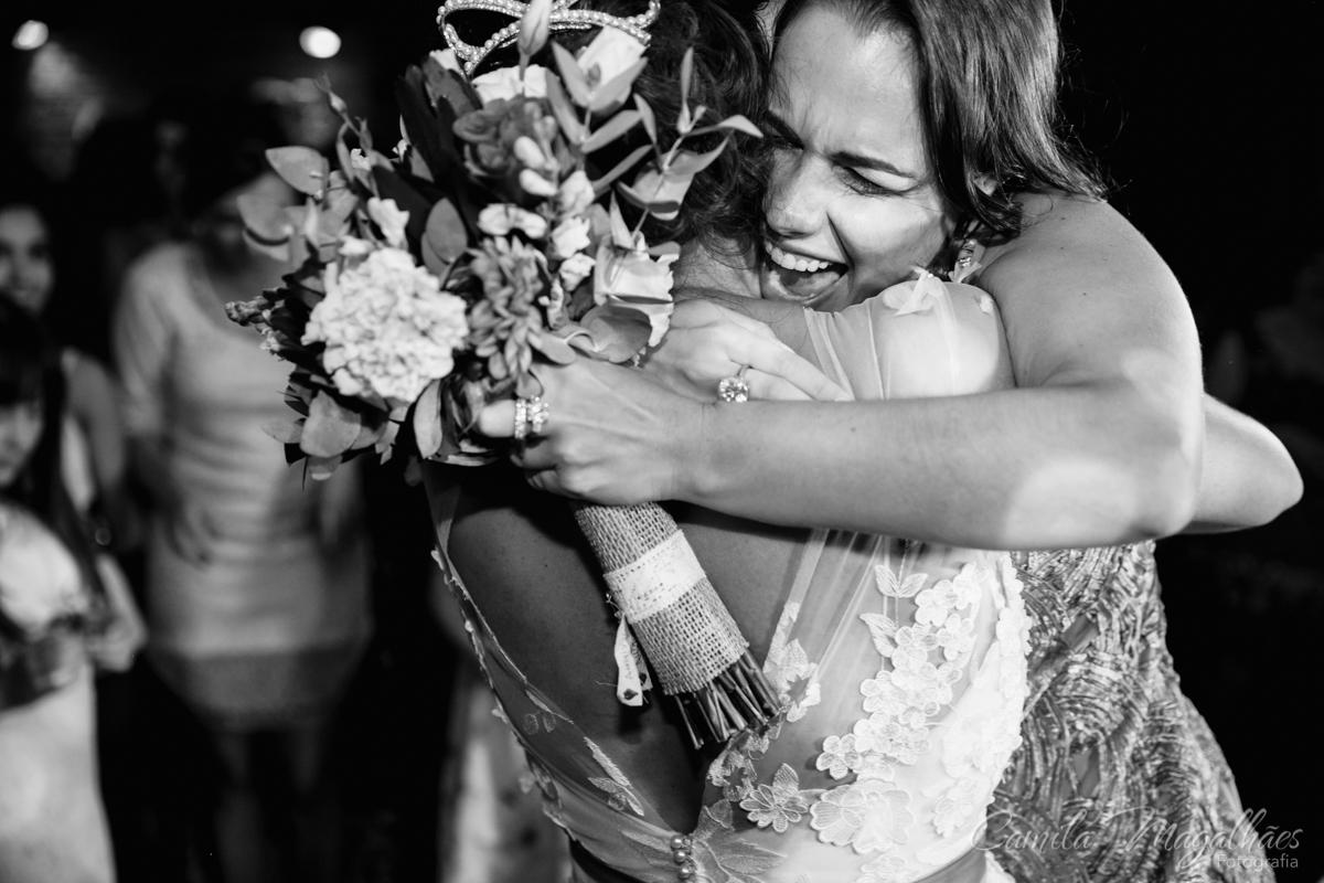 feliz com bouquet camila magalhaes fotografia