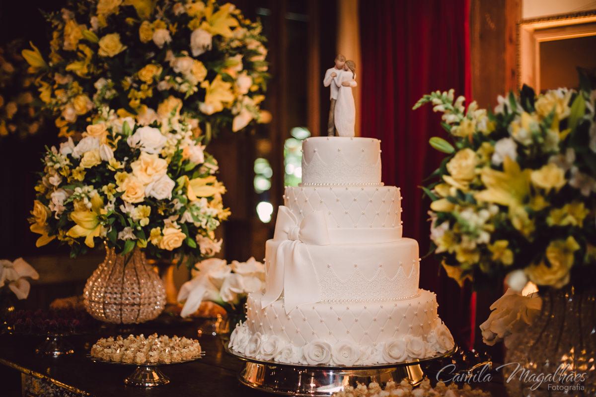 bolo de casamento noivos de madeira
