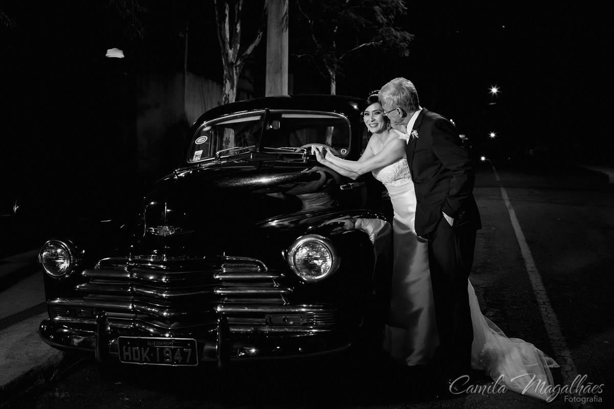 foto do casal em carro antigo