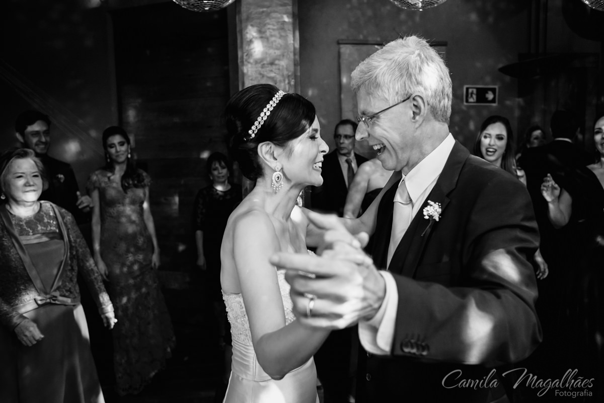casal dançando feliz