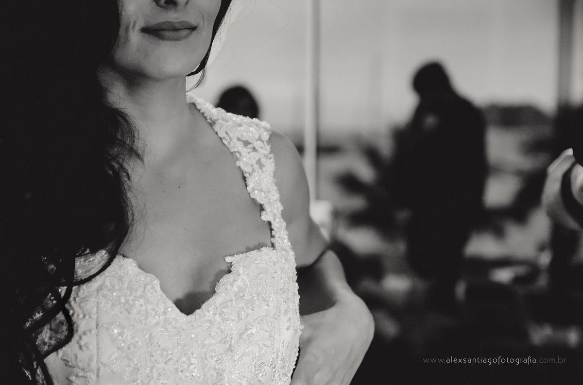 vestido de noiva decote em coração de renda, make fresh para noivas, make iluminada para noivas, maquiadora paraty, maquiadora angra dos reis