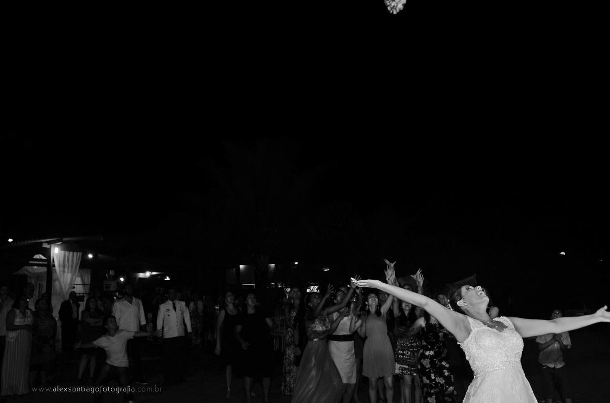 jogar o buque de forma divertida, casamento ao ar livre a noite, balada casamento, casamento gls em paraty, casamento carnaval em paraty