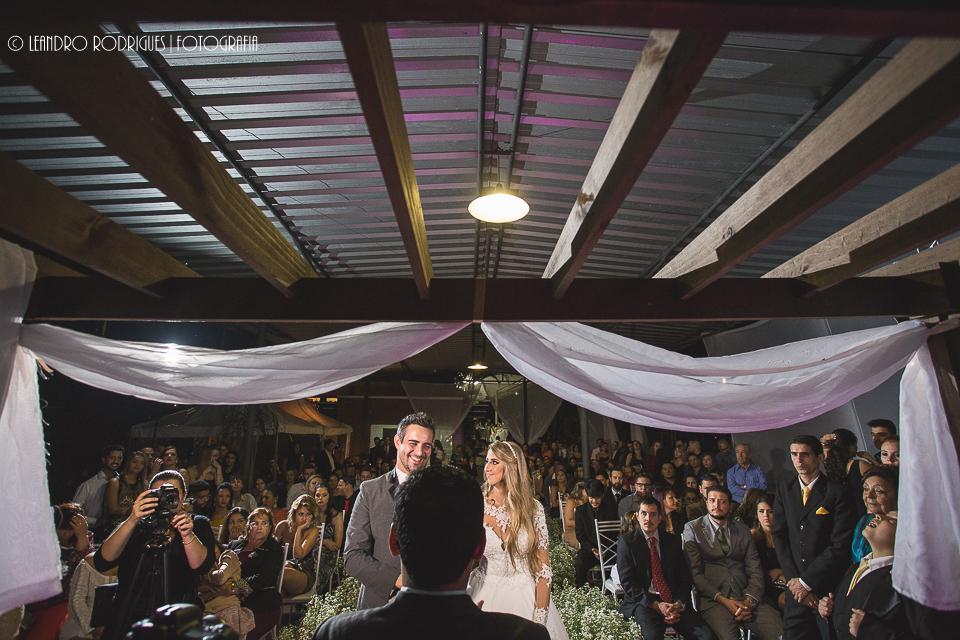 noivos no altar e convidados sentados atras