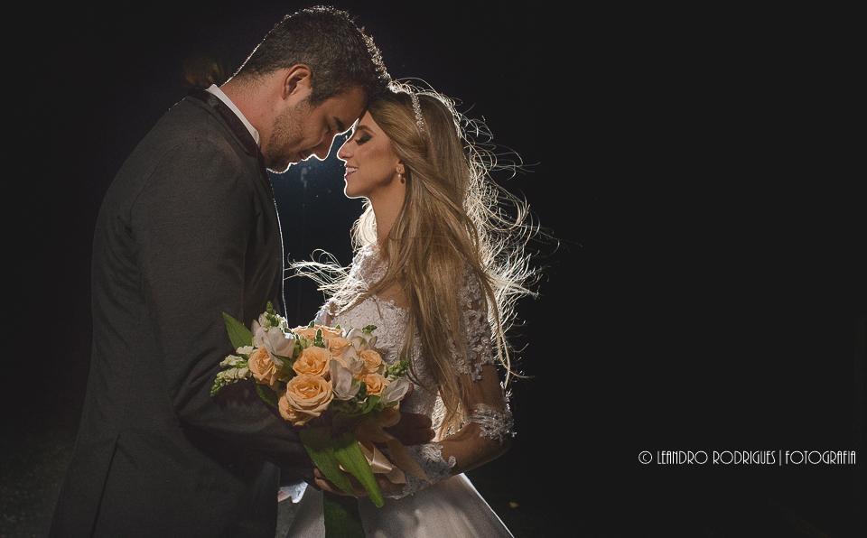 ensaio dos noivos pós cerimonia, noivo um de frente para outro com testas encostadas