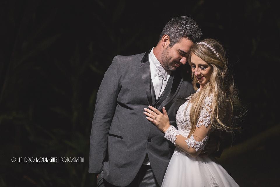 noivos abraçados com cabeças encostadas, noiva com a mão no peito do noivo