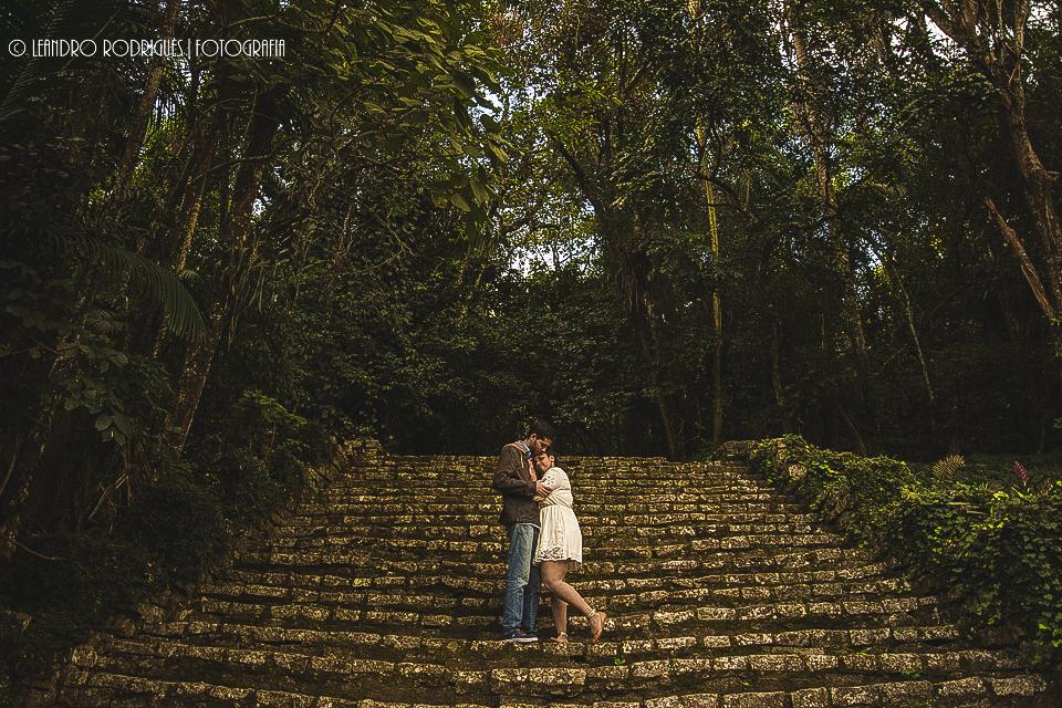 Na escada de pedra noiva de frente para o noivo com a cabeça encostada no peito do noivo