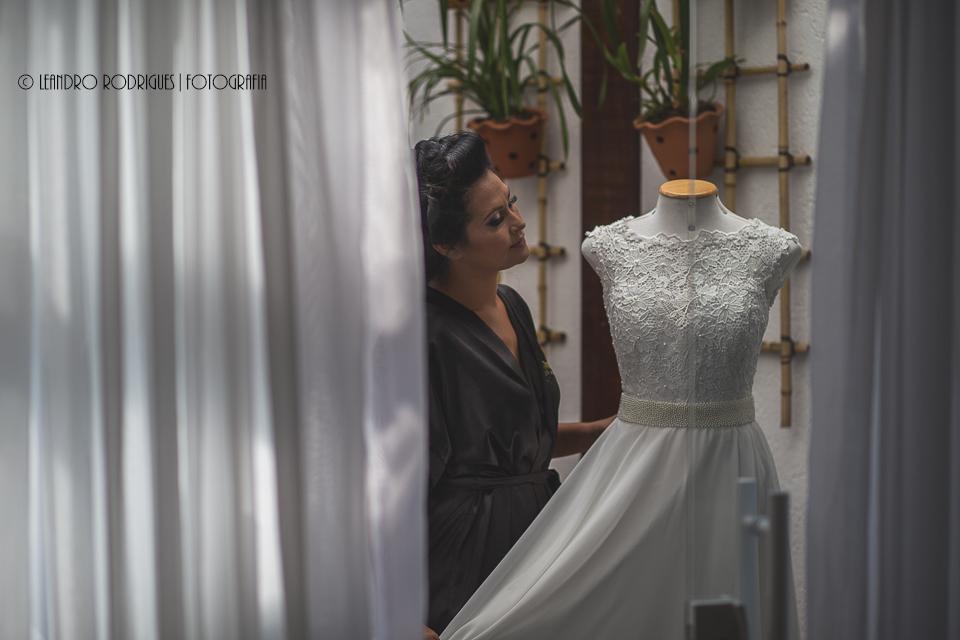 Noiva olha teu vestido