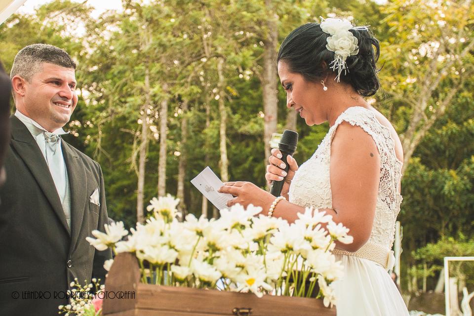 Noivo emocionado ao ouvir a noiva ler os votos