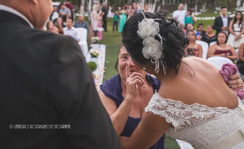 Mãe do noivo cumprimentando a noiva no final da cerimônia