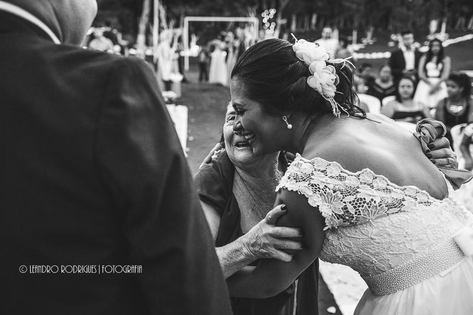 Noiva abraçando mãe da noiva no final da cerimônia