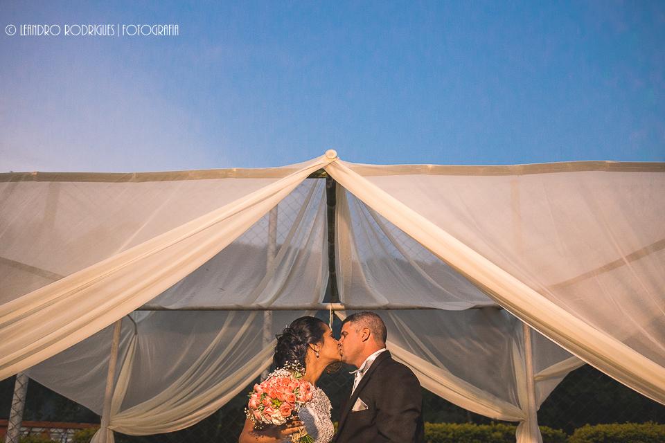 Beijo dos noivos na cerimônia
