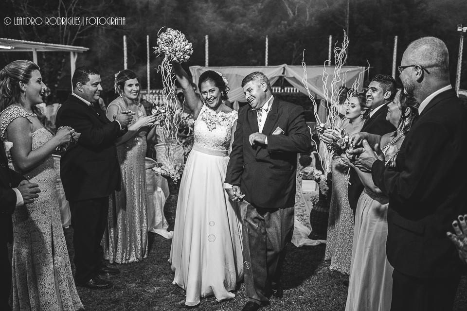 Padrinhos festejam a saída do noivos