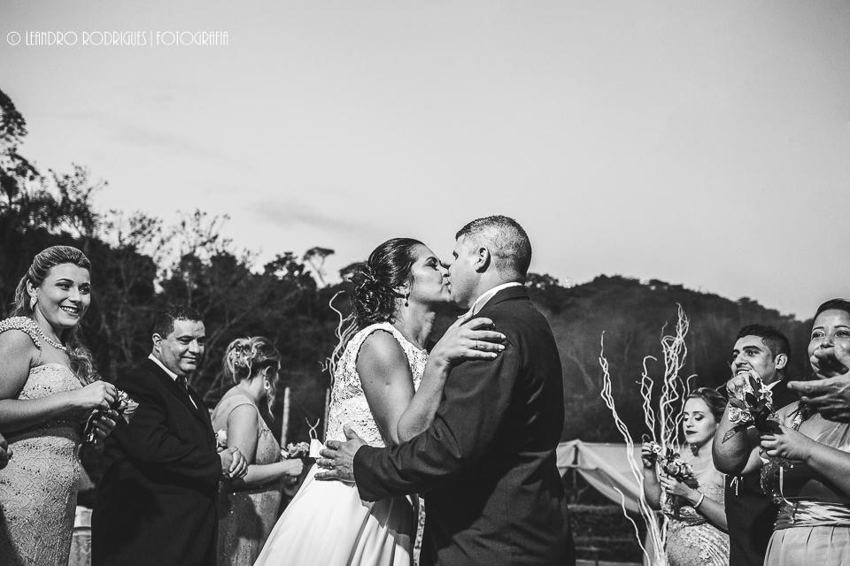 Beijo dos noivos na saída da cerimônia