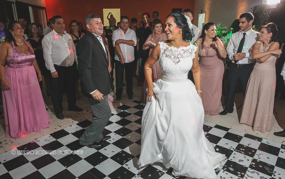 Valsa dos noivos e convidados olhando