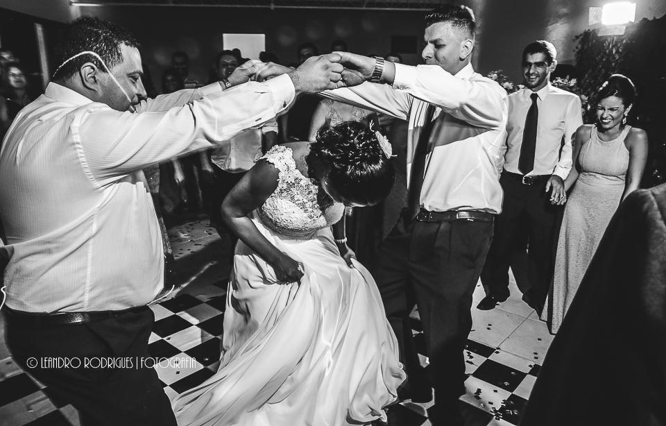 Padrinhos fazem a dança da cordinha com a noiva na balada