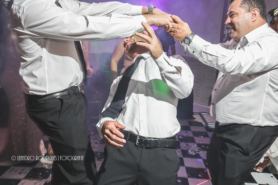 Convidado passa na dança da cordinha
