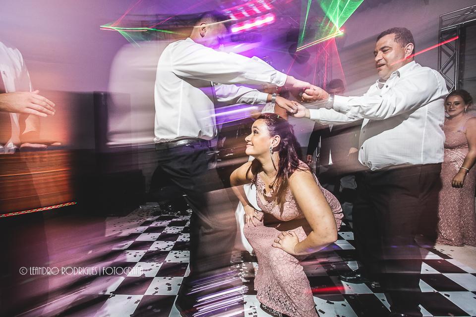 Madrinha faz a dança da cordinha na balada