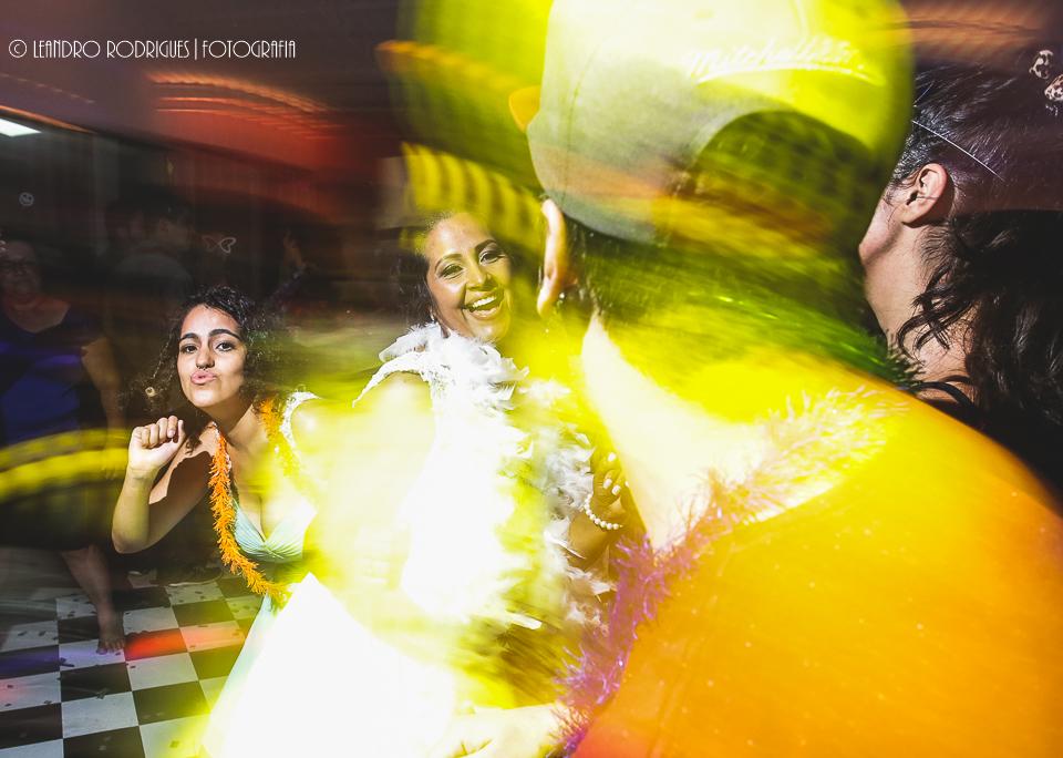 Noiva e filha dançando com os convidados
