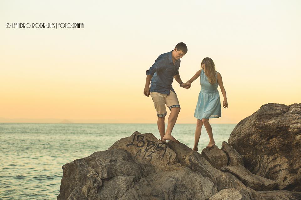 Noivos andando nas pedras, na praia do Eden no Guarujá