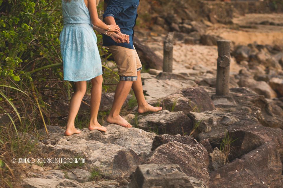 noivo na frente da noiva de mãos datas