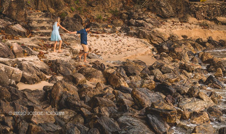 noivos de mãos data caminhando na praia