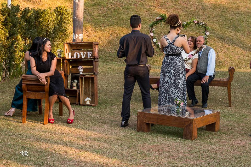 convidados na parte esterna da festa sentados nos moveis da decoração do buffet