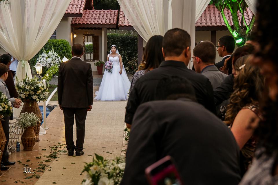 pai da noiva esperando a noiva entrar para levar até o noivo