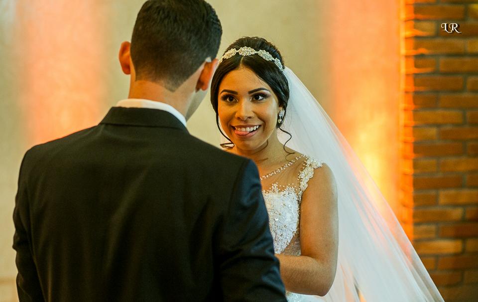 Noiva olhando para o noivo mordendo a linguá